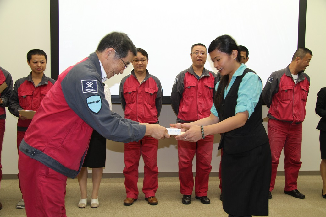 常石造船藤井常务给研修生颁发毕业证书