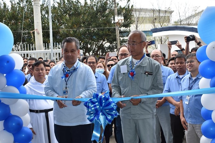 在建成竣工仪式上剪彩的TTSP的Segismundo F. Exaltacion,Jr社长(左)和THI的三岛明彦社长