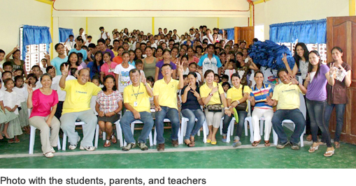 Photo with the students, parents, and teachers影