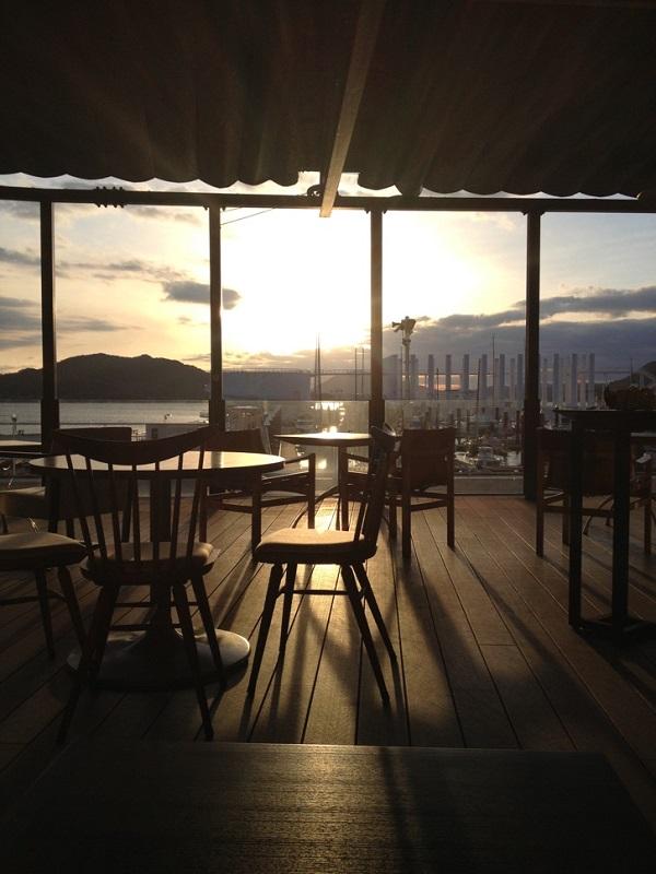 カフェから望む穏やかな夕景
