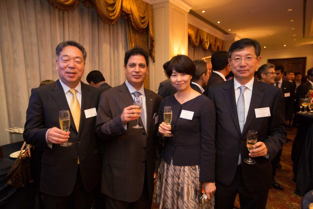 ヴィパン・シャルマ氏(中左)、河野社長(左)、河野本部長(右)、末松弥奈子ツネイシホールディ