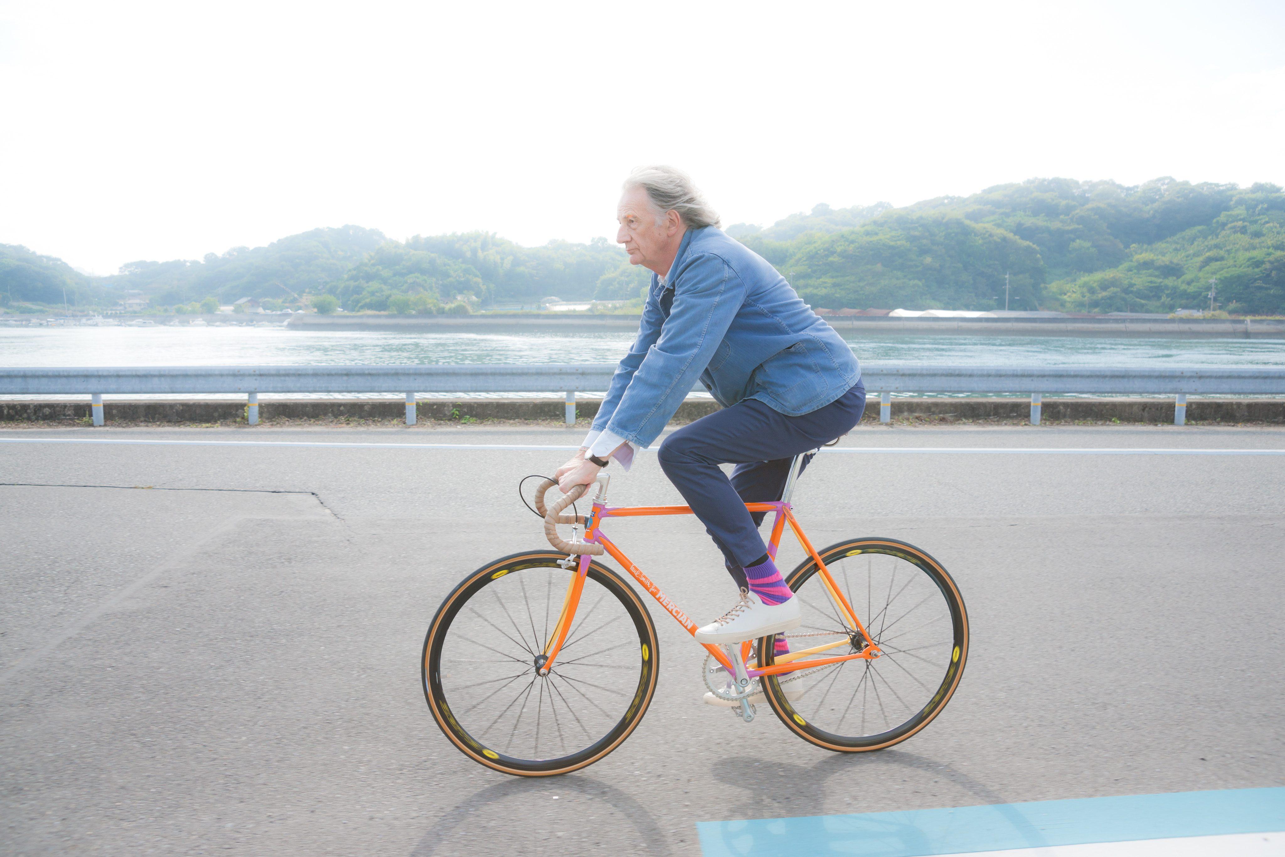 しまなみ海道サイクリングロードを走るPaul Smith氏