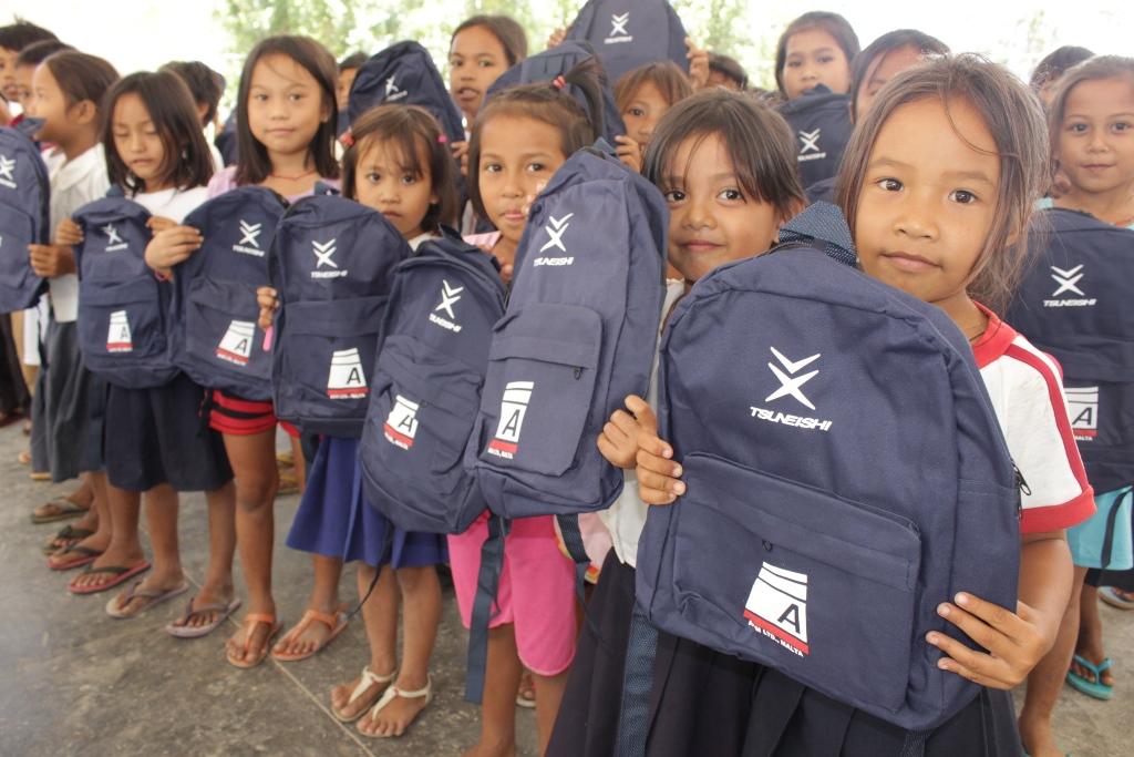TSUNEISHI HEAVY INDUSTRIES (CEBU), Inc.を通じて海外船主会社がフィリピン台風被災支援~セブ島北部2つの小学校にスクール鞄676個を寄付~
