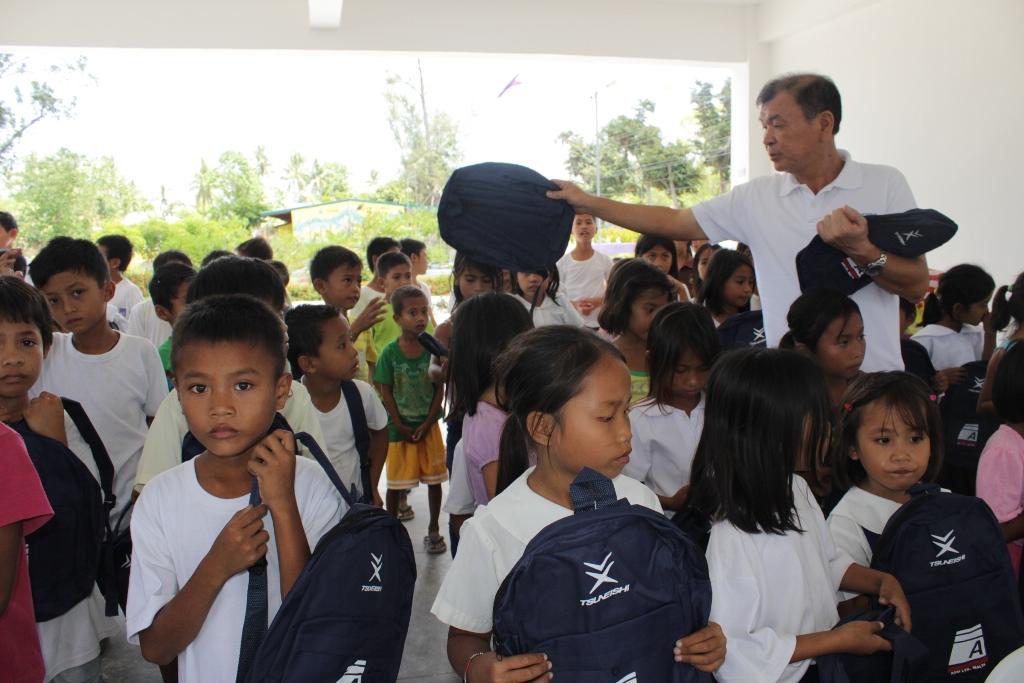 スクール鞄を受け取った小学生たち