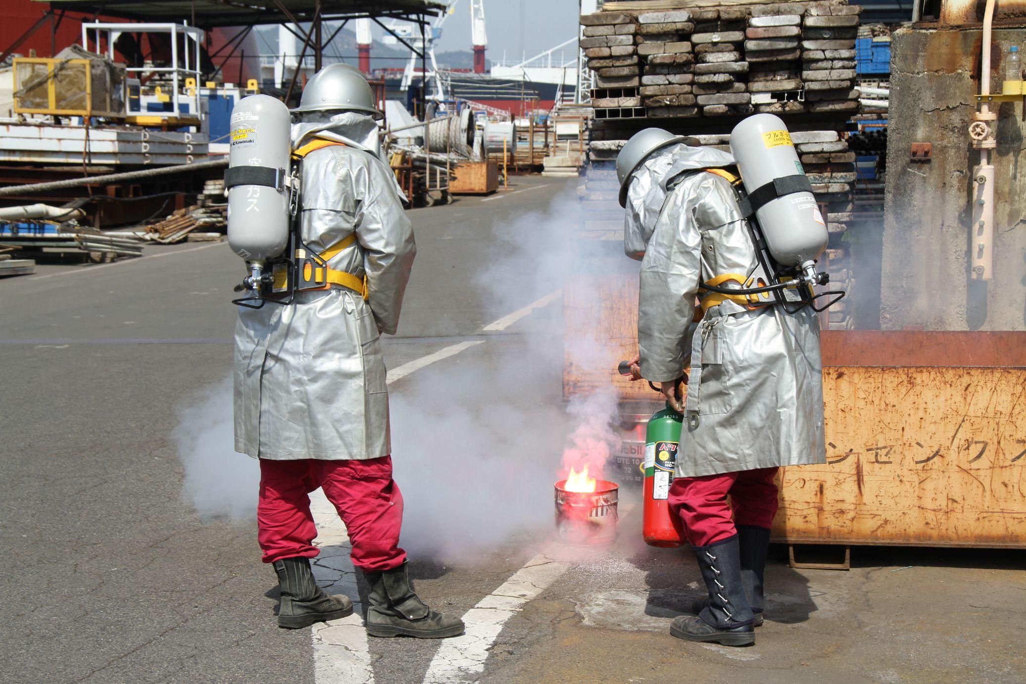 火災現場で自衛消防隊が初期消火活動