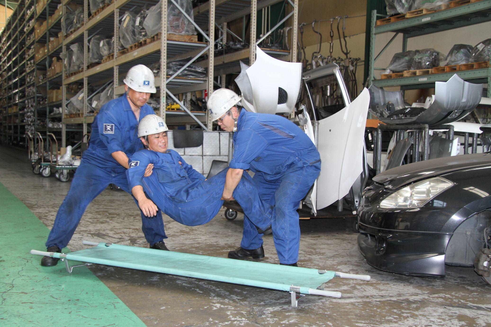 要救助者を担架へ乗せ搬送