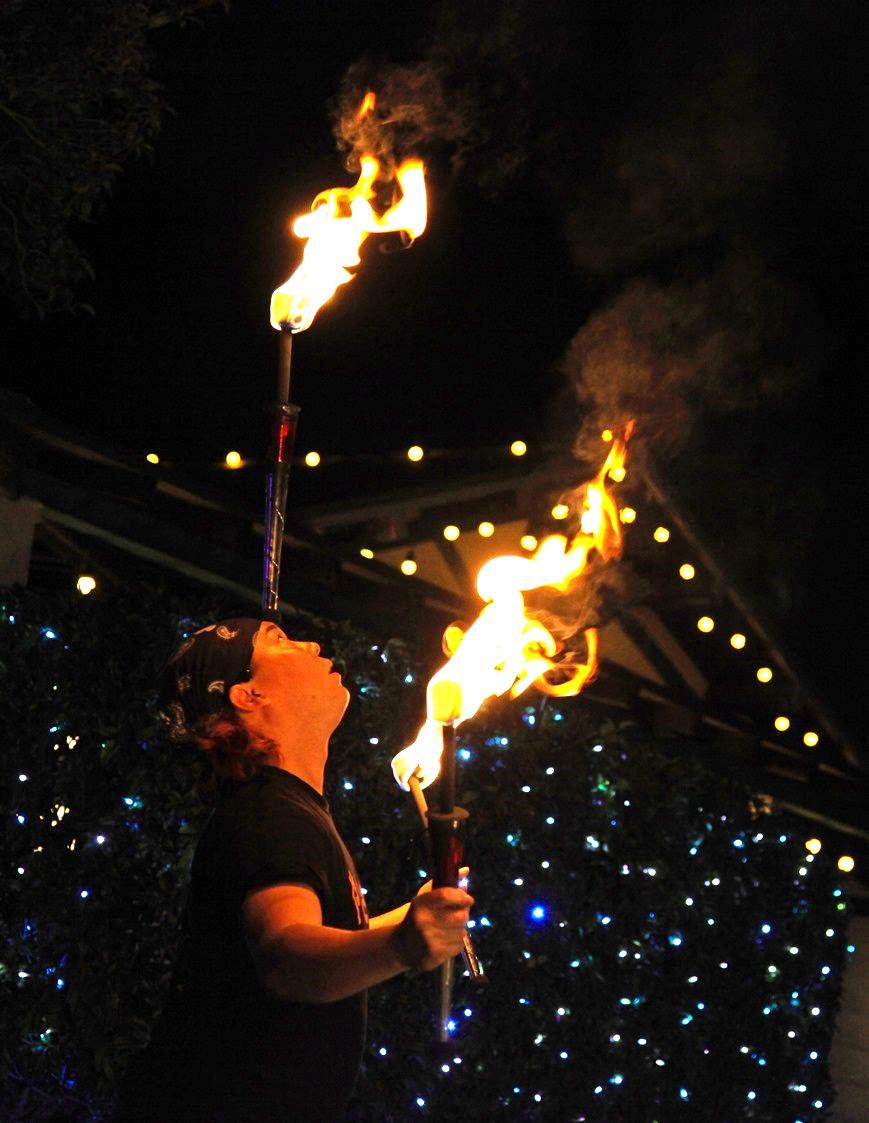炎を操り国内でも屈指のジャグリング技術を誇る大道芸人ひろと