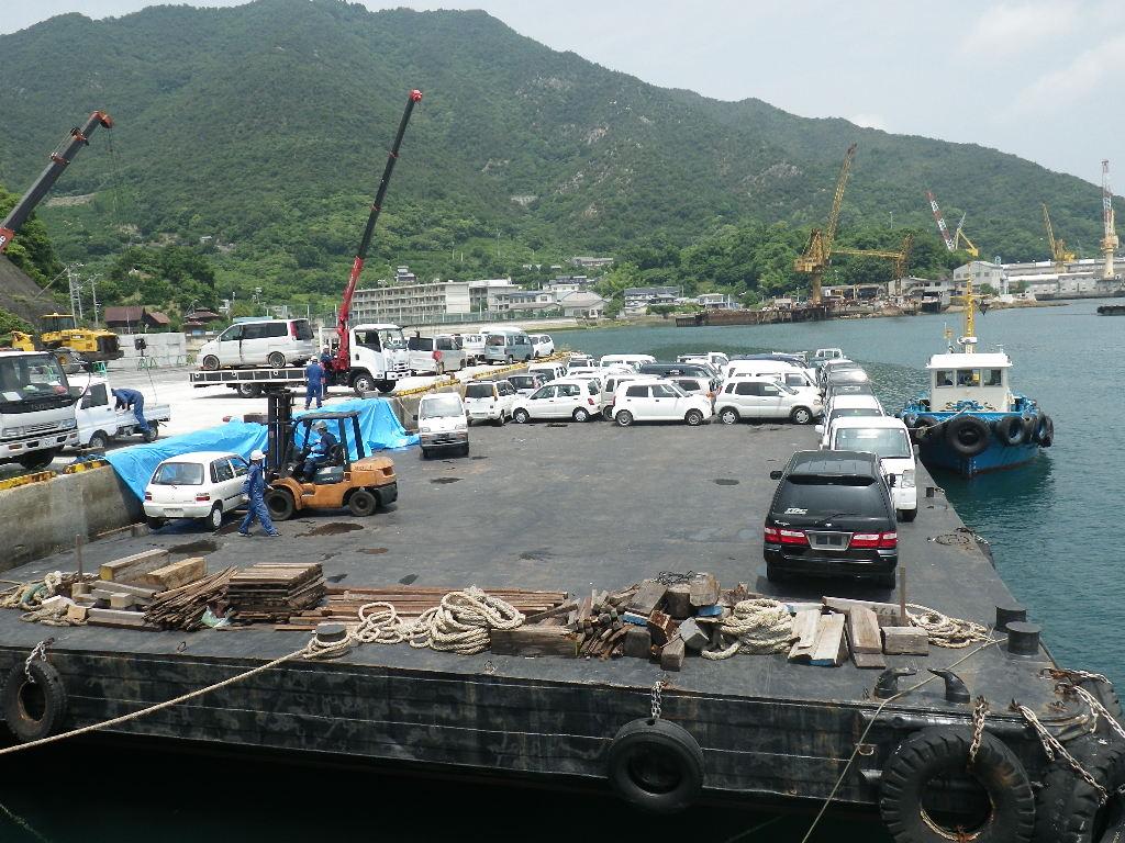大崎上島にて、廃車をバージに積込