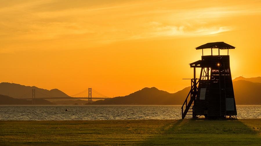 しまなみ海道が望める夕刻のビーチもおすすめです