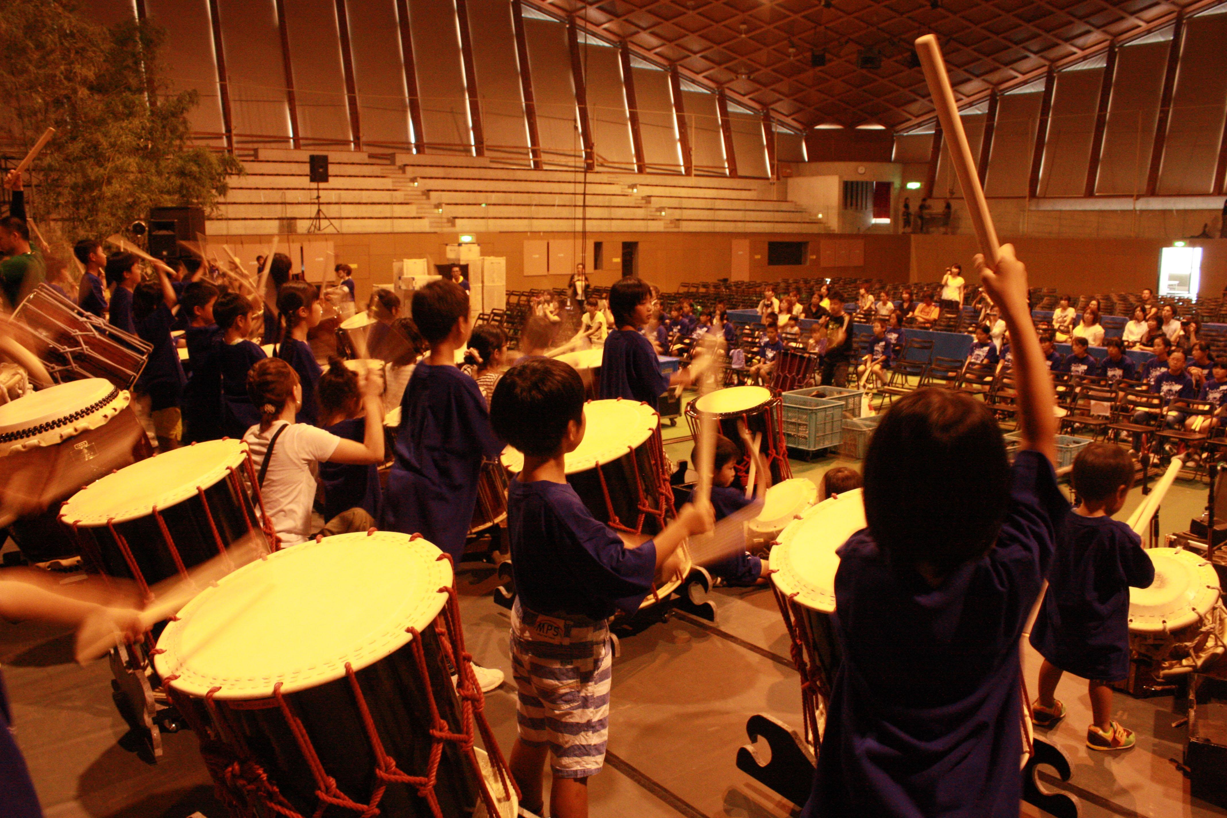 大きな太鼓に全身を使って演奏