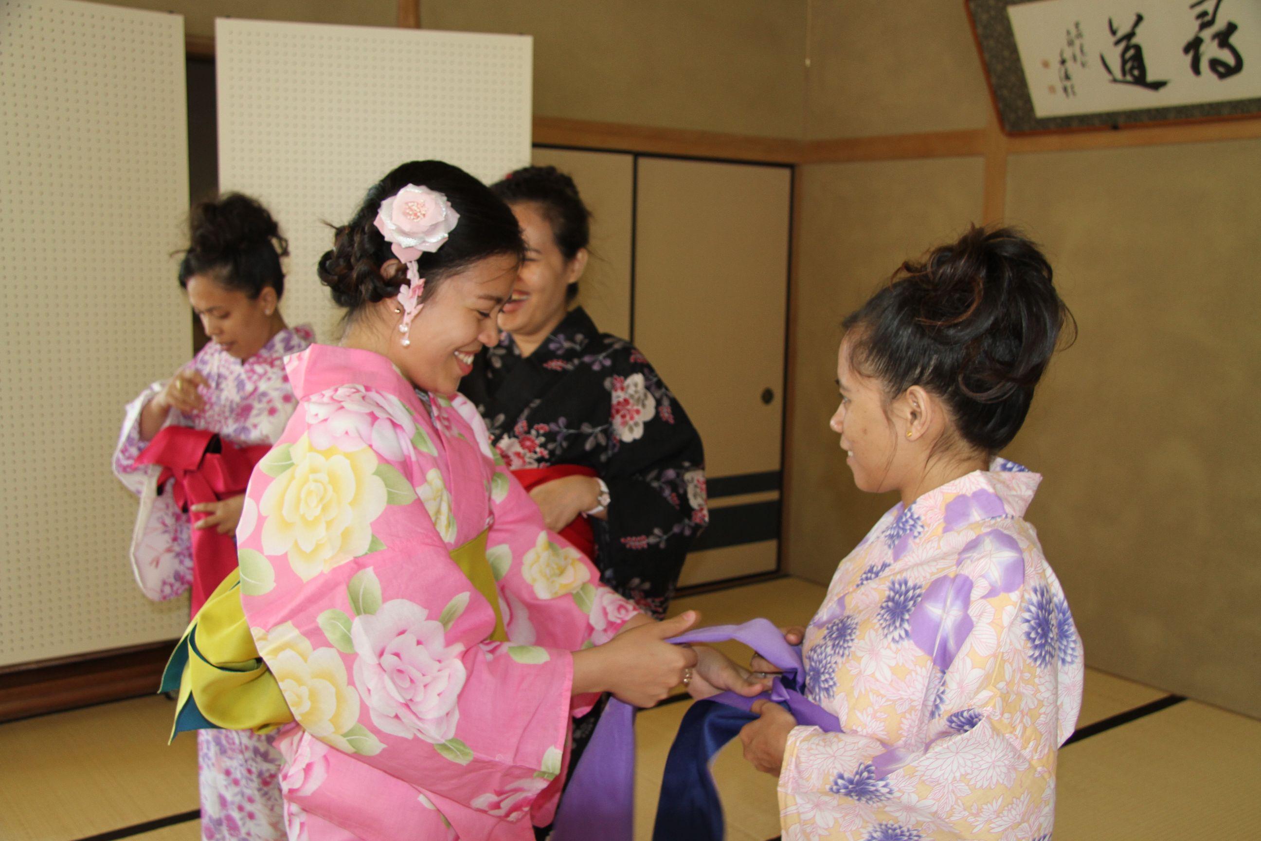 なんとも艶やか!浴衣を着る会~常石造船の海外グループ会社からの研修生が日本文化を体験