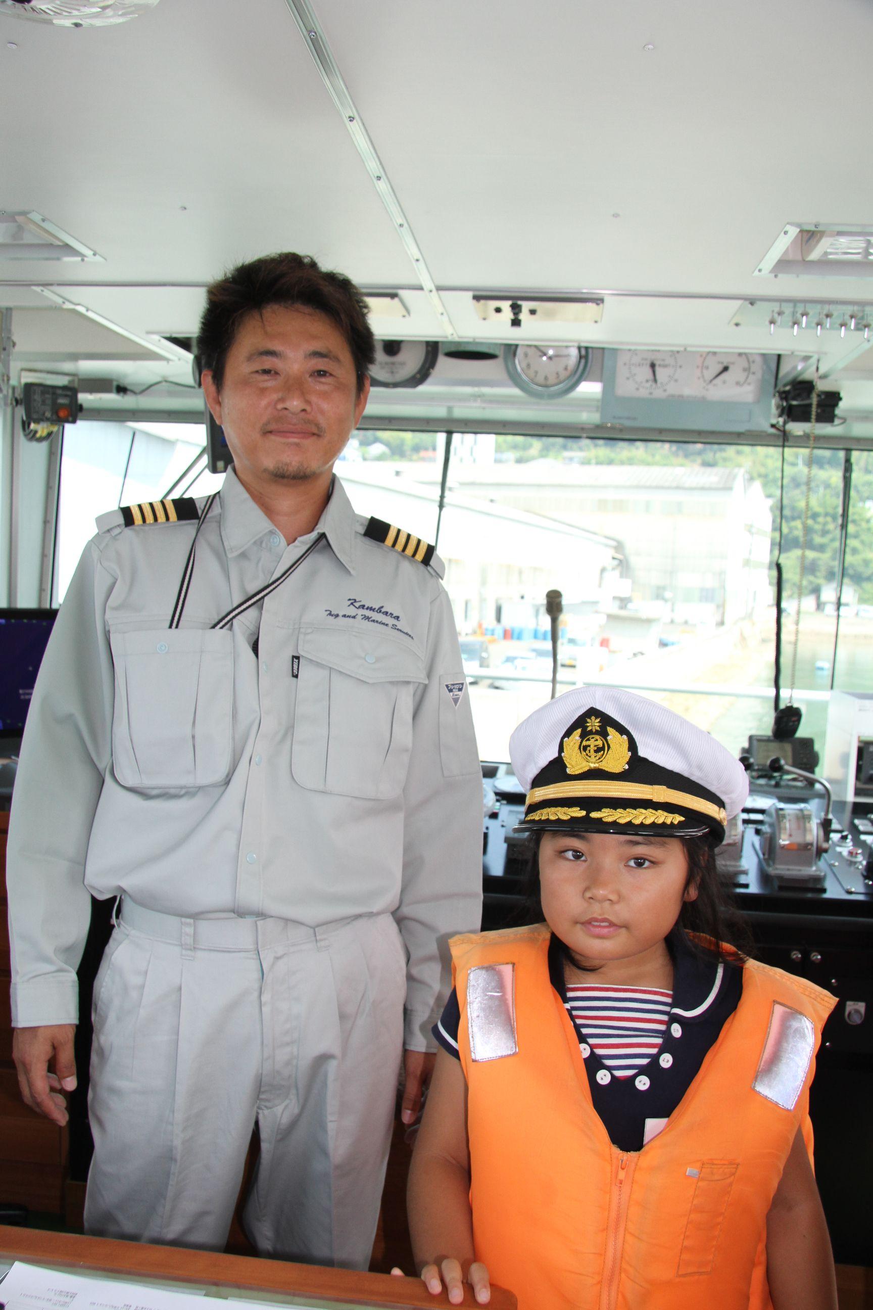 タグボートの船長の帽子をかぶって記念撮影