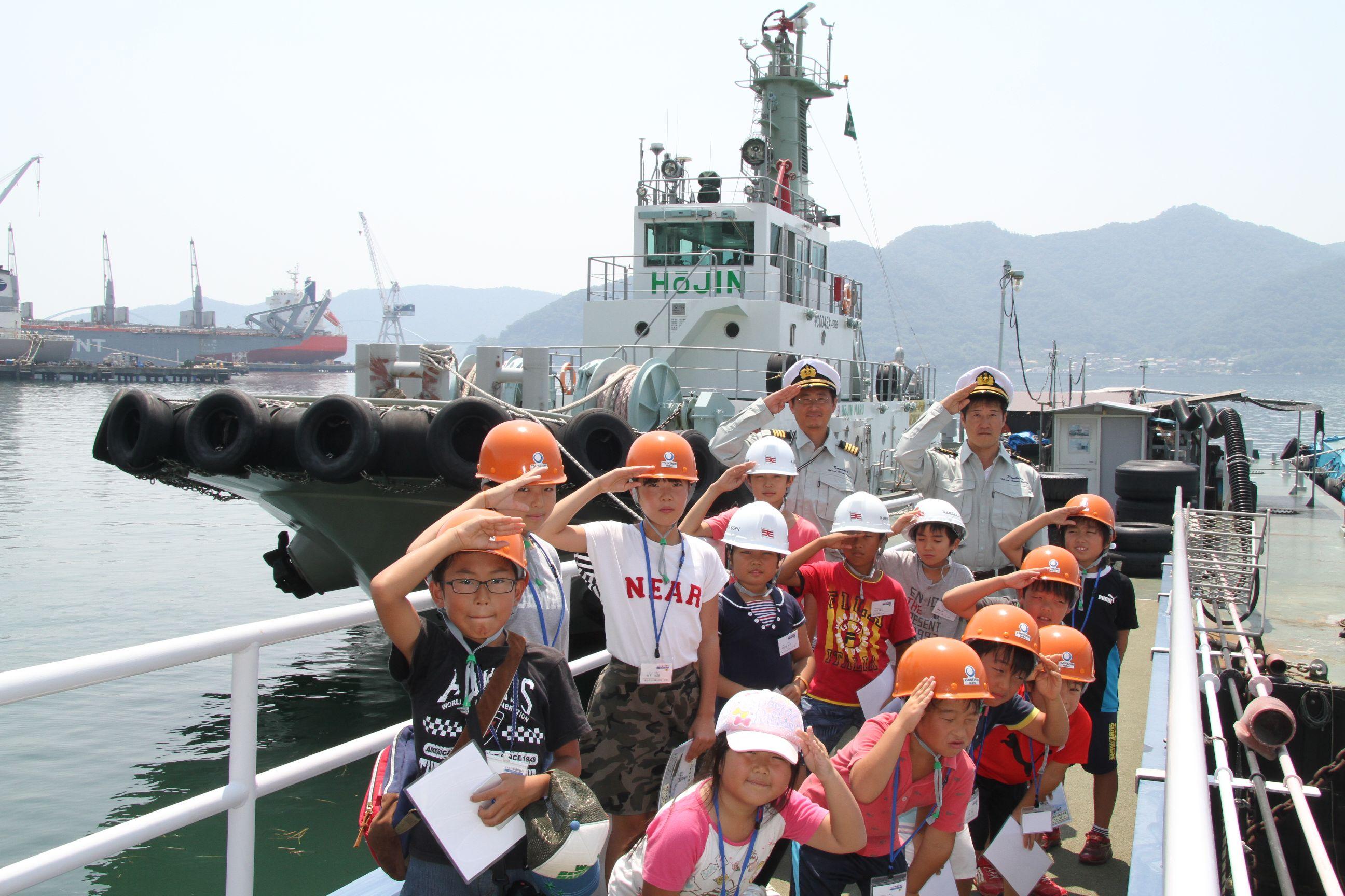 「鳳神丸」をバックに、乗船した全員で記念撮影