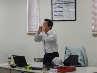 地震発生のアナウンスと同時に「机の下へ!」と篠原秀士取締役が大声で避難指示