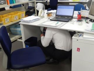 ヘルメットを着用し、机の下に避難
