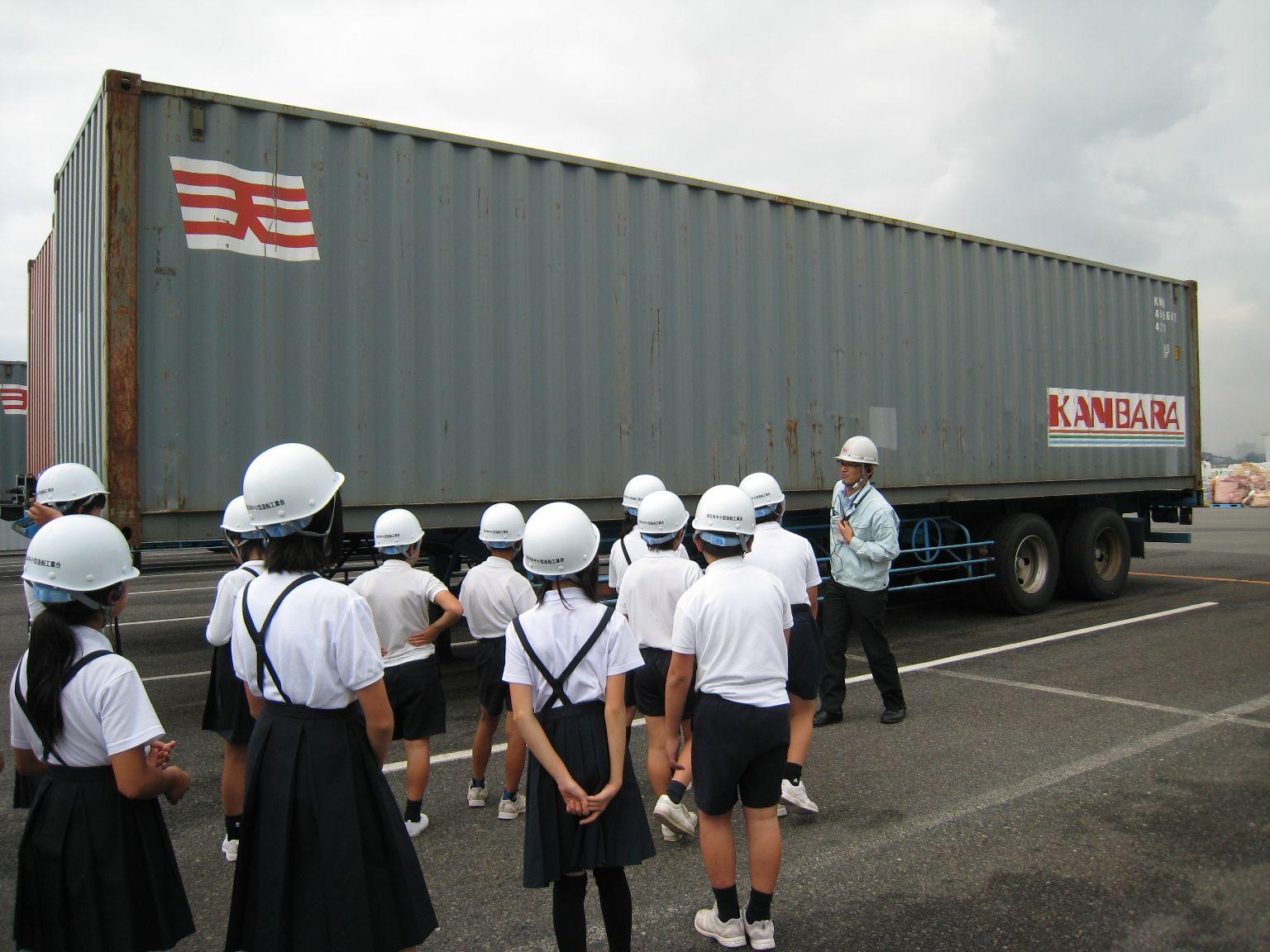 神原汽船福山物流センターで小学5年生の社会見学を受け入れ、神原ロジスティクス