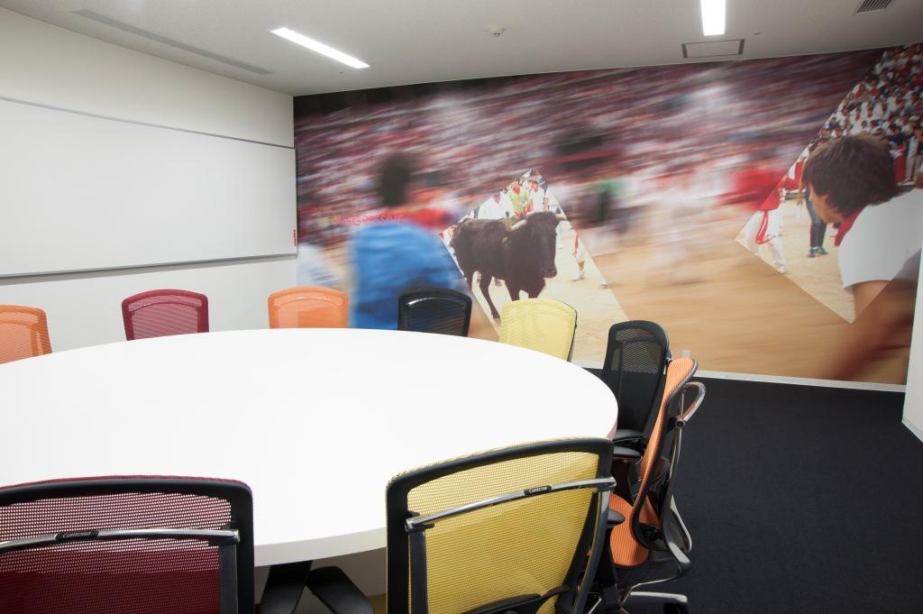壁全体がホワイトボードの機能的なミーティングルーム