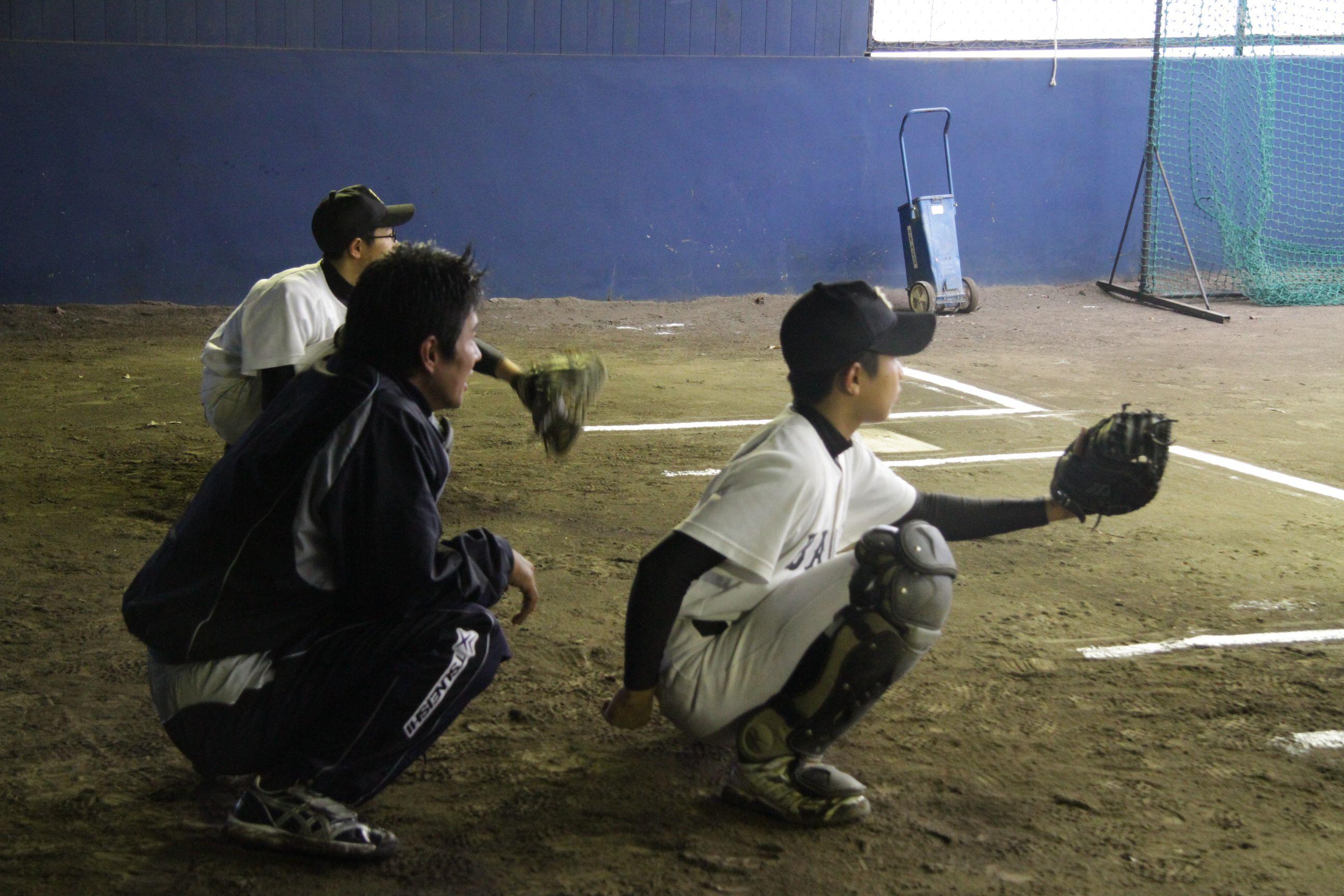 ツネイシ硬式野球部員による野球教室(キャッチャーへの指導)