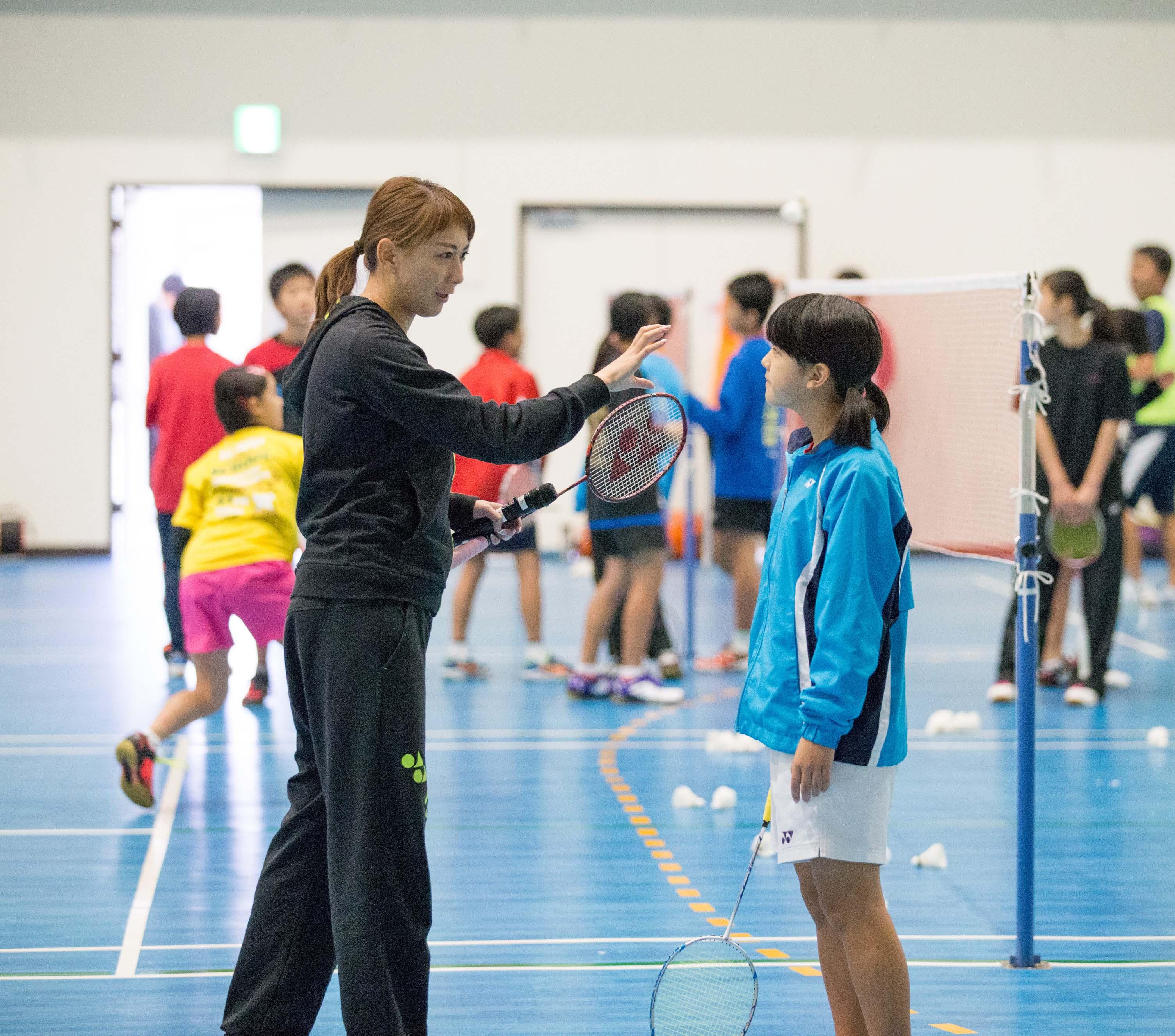 ツネイシ・スポーツアクト、小椋久美子さんのバドミントン教室を開催
