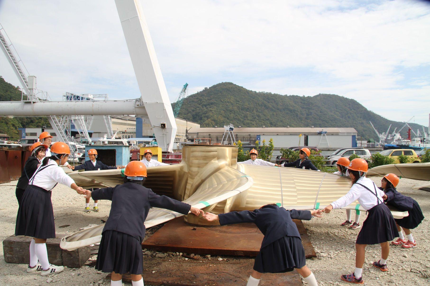 常石グループの工場・施設見学に、福山市内の小学校6校の児童250人が参加~ツネイシホールディングス