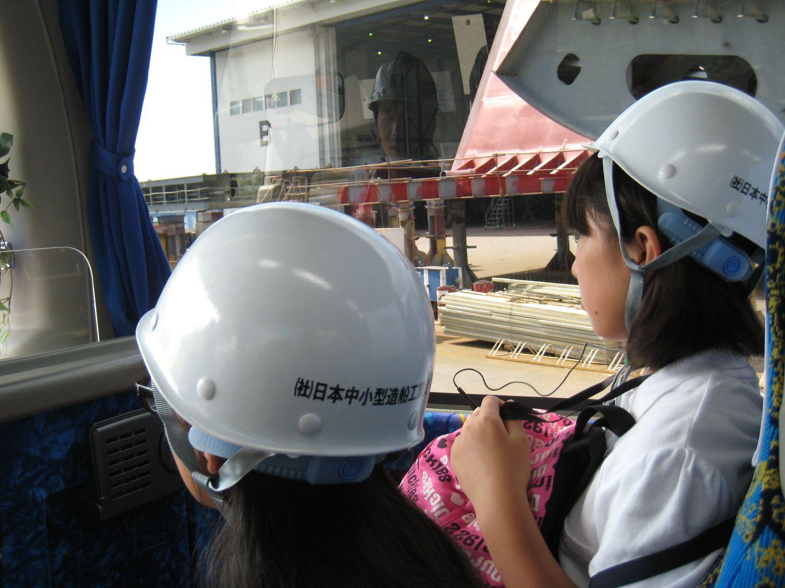バスの中から常石造船の工場を見学