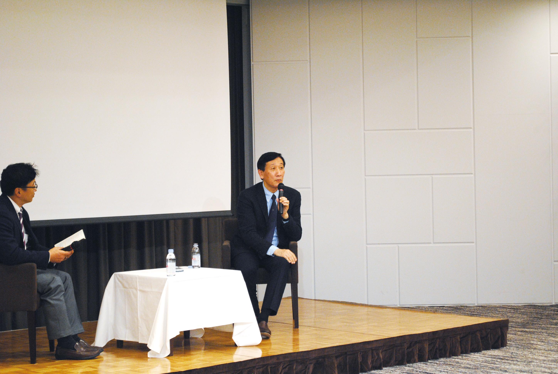 講演に引き続き、ツネイシホールディングス粟根祐司執行役員との対談