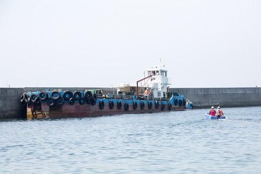 ホ-ス接続のため、小型船で移動、上陸