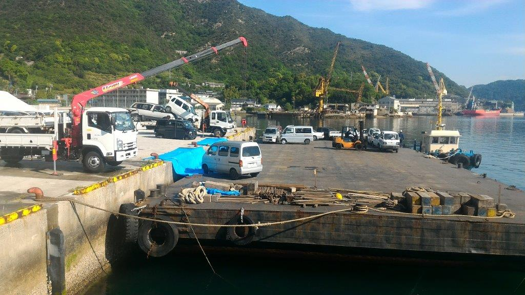 大崎上島で使用済み自動車をバージに積み込む様子