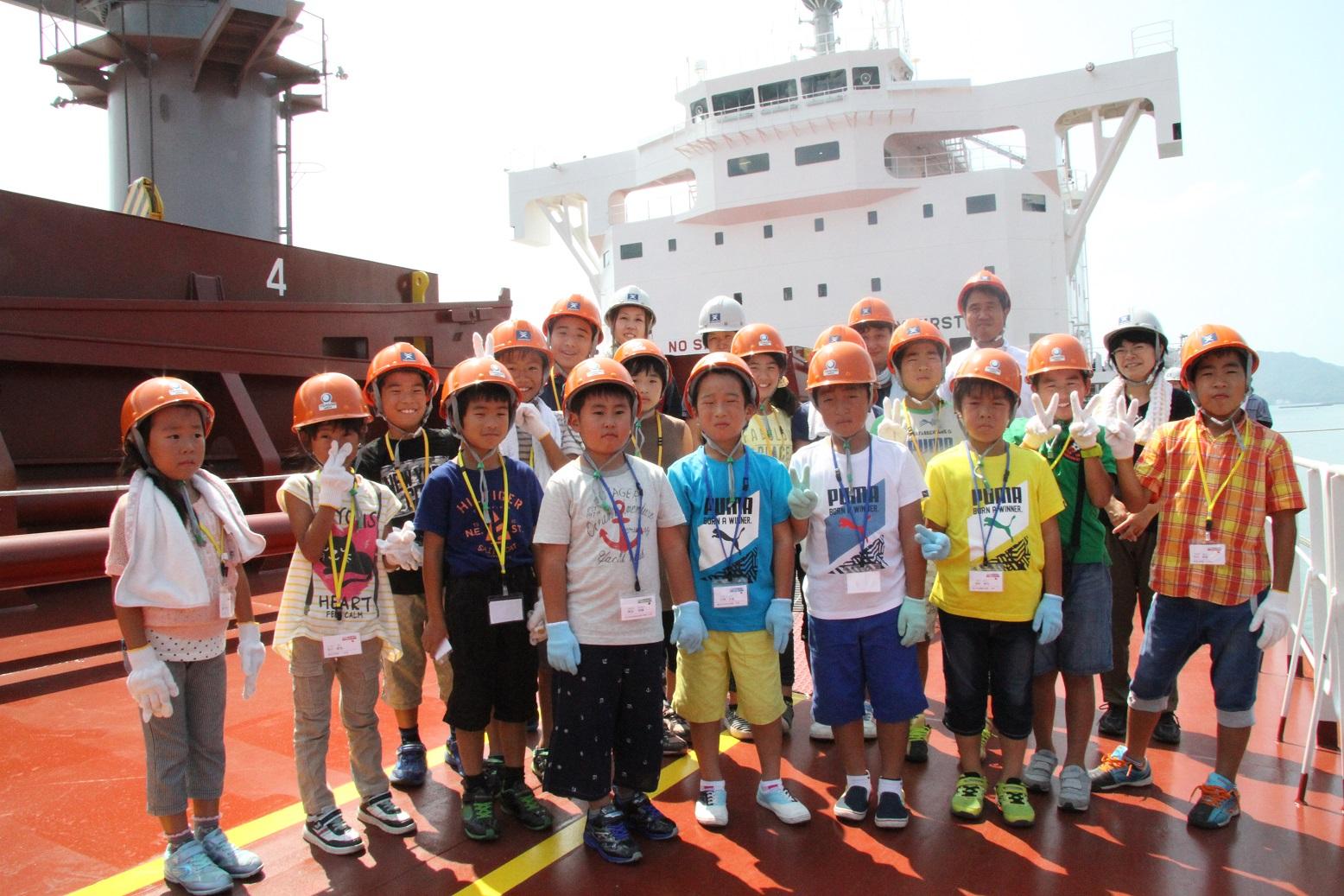 船の甲板で集合写真