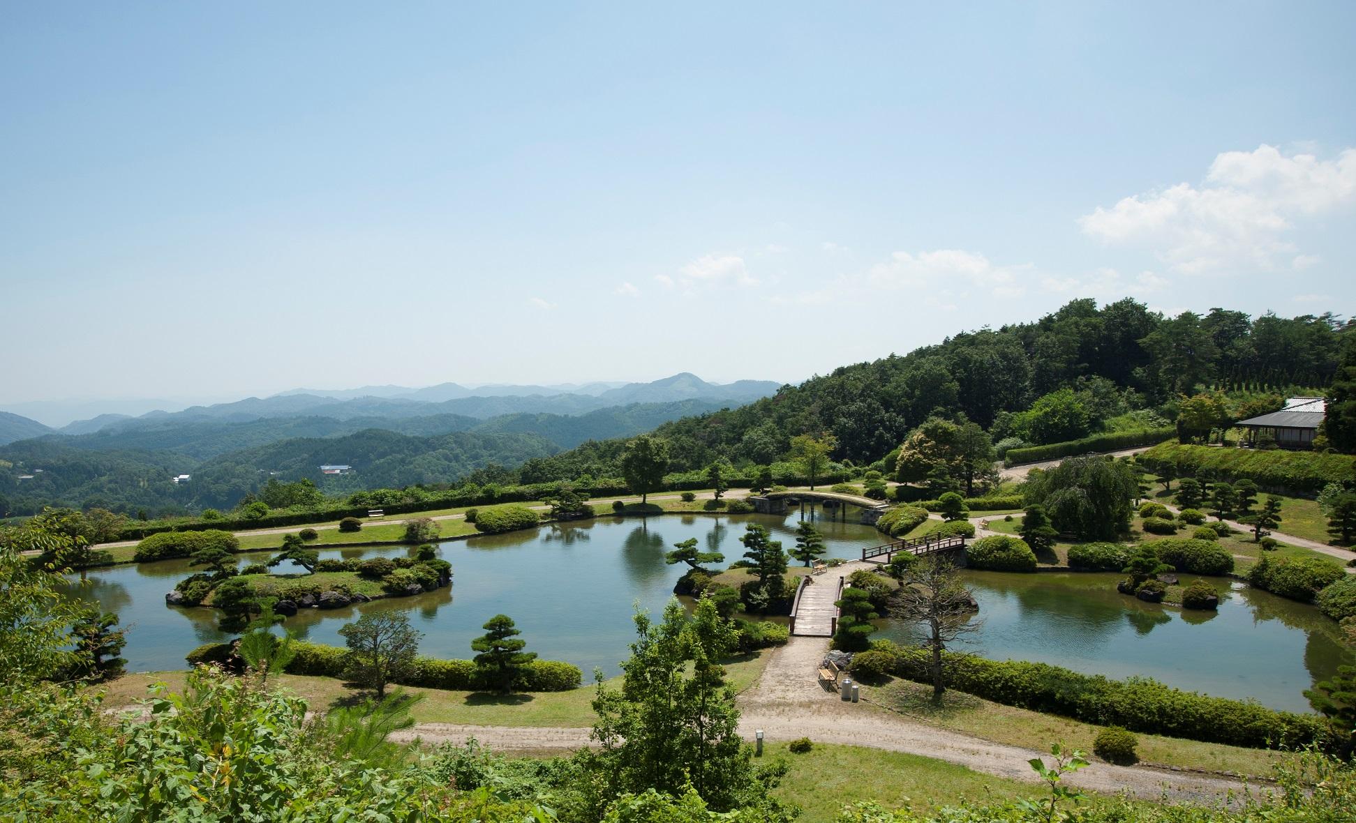 中国山地の山並みを借景にする日本庭園「東林苑」