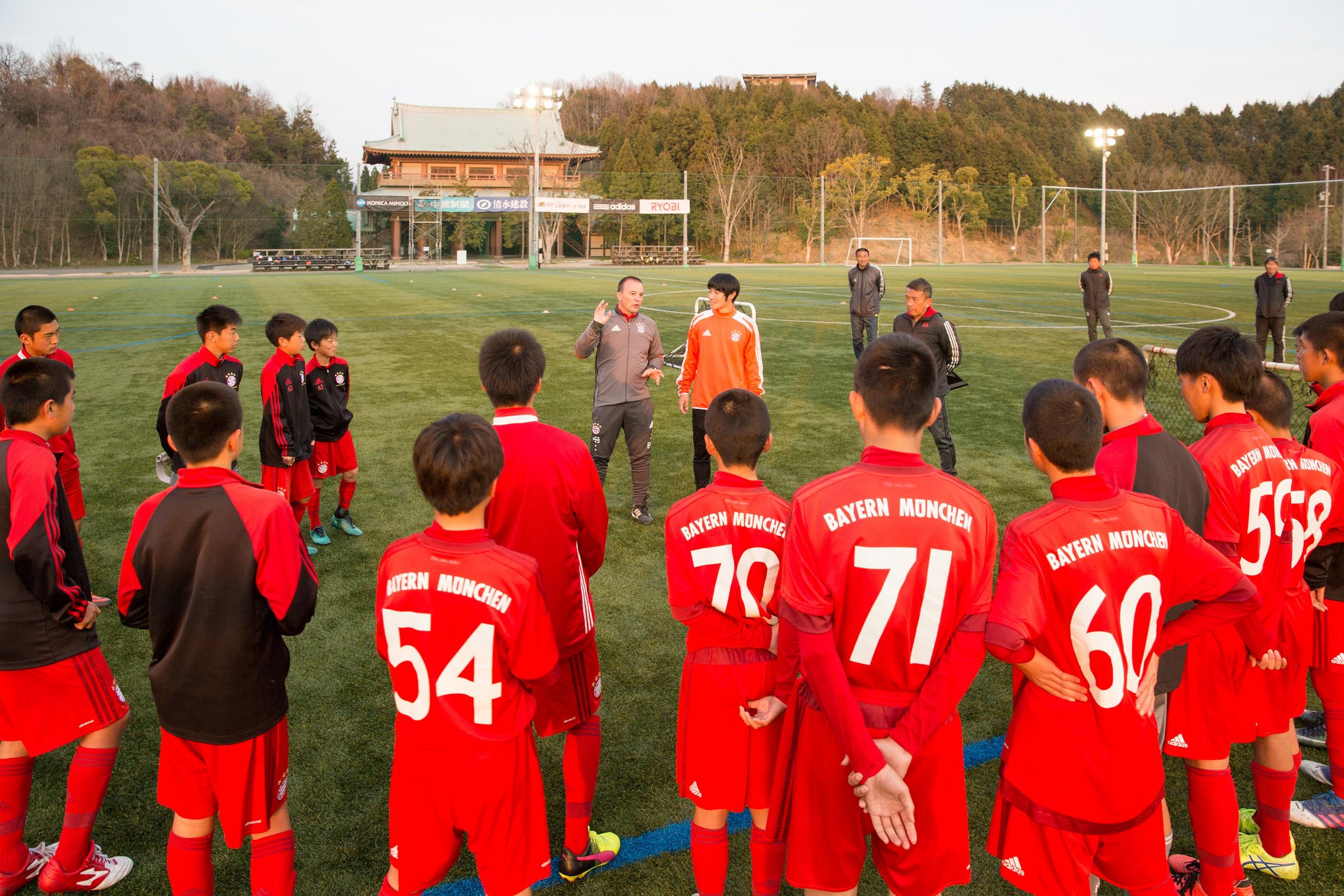 FCバイエルン・ミュンヘン国際プログラムコーチによる指導の様子