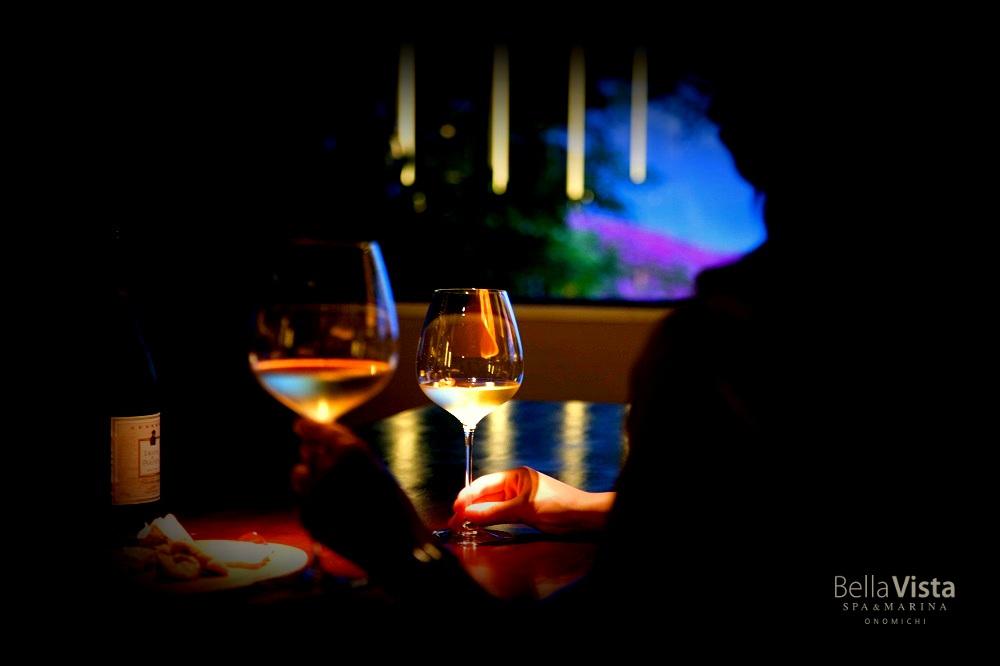 しぐさで語る夜暗の美学─ ベラビスタに灯るセンシャルな酔いの宵。バー「ザ・ダーク」8月中旬オープン