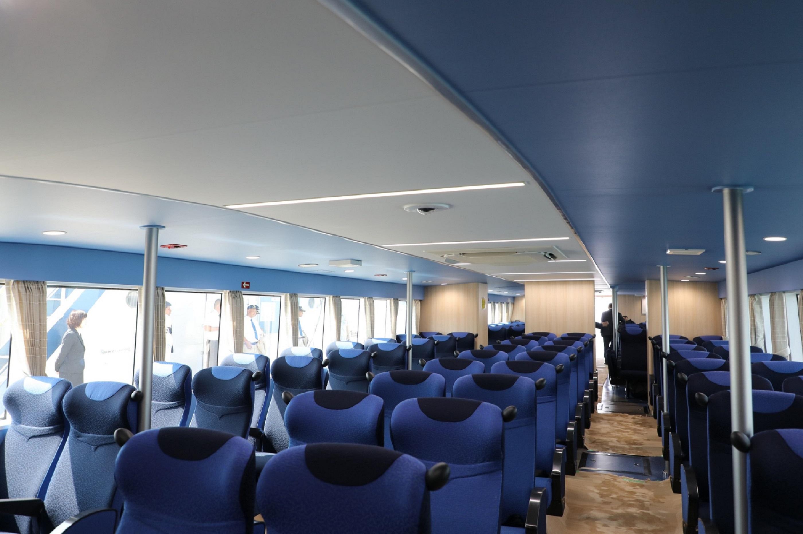 青く澄み渡った海と空をイメージした船内