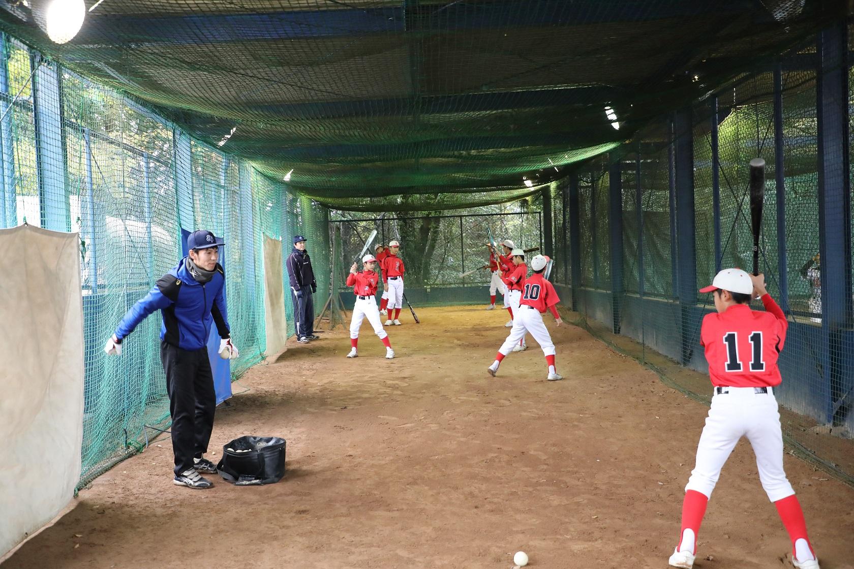 野球教室で指導するTBP選手