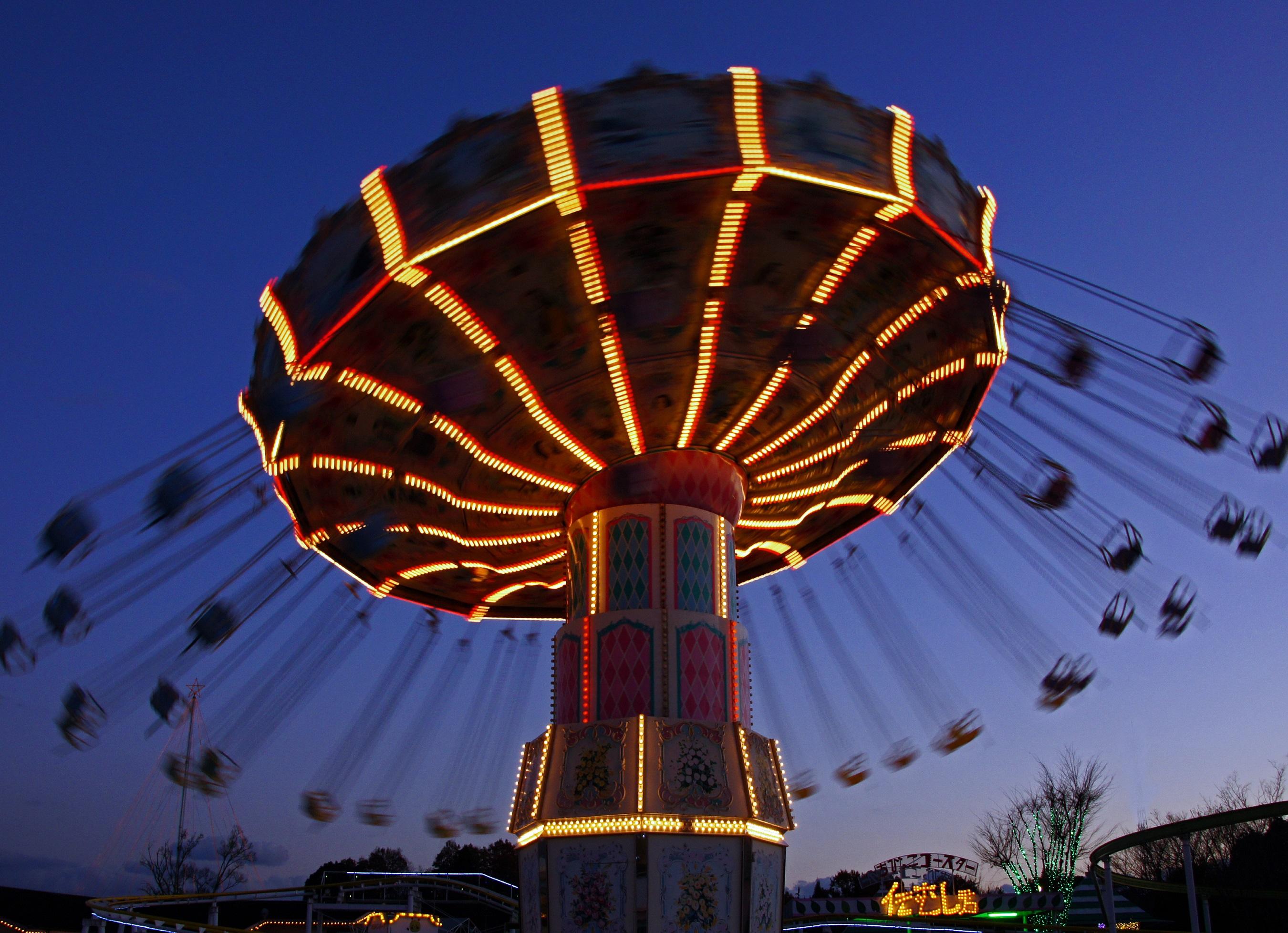 幻想的な夜の遊園地と