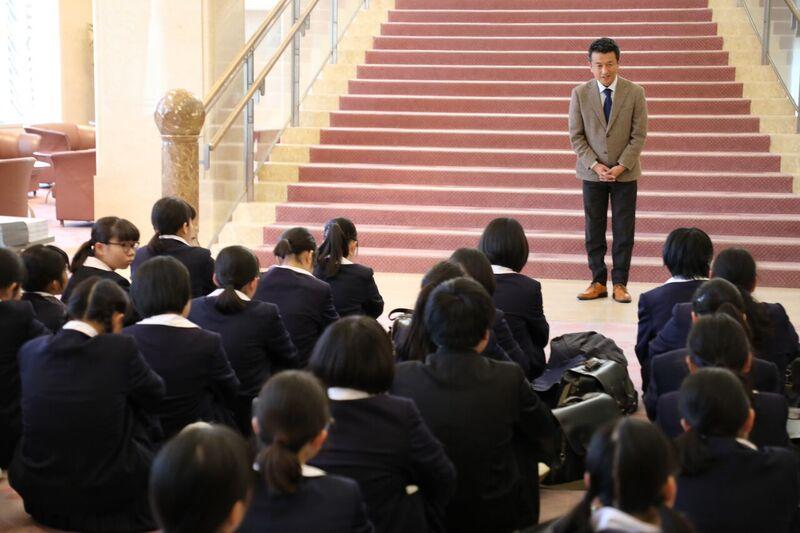 ツネイシみらい財団を代表して挨拶するツネイシホールディングス総務部濱田部長