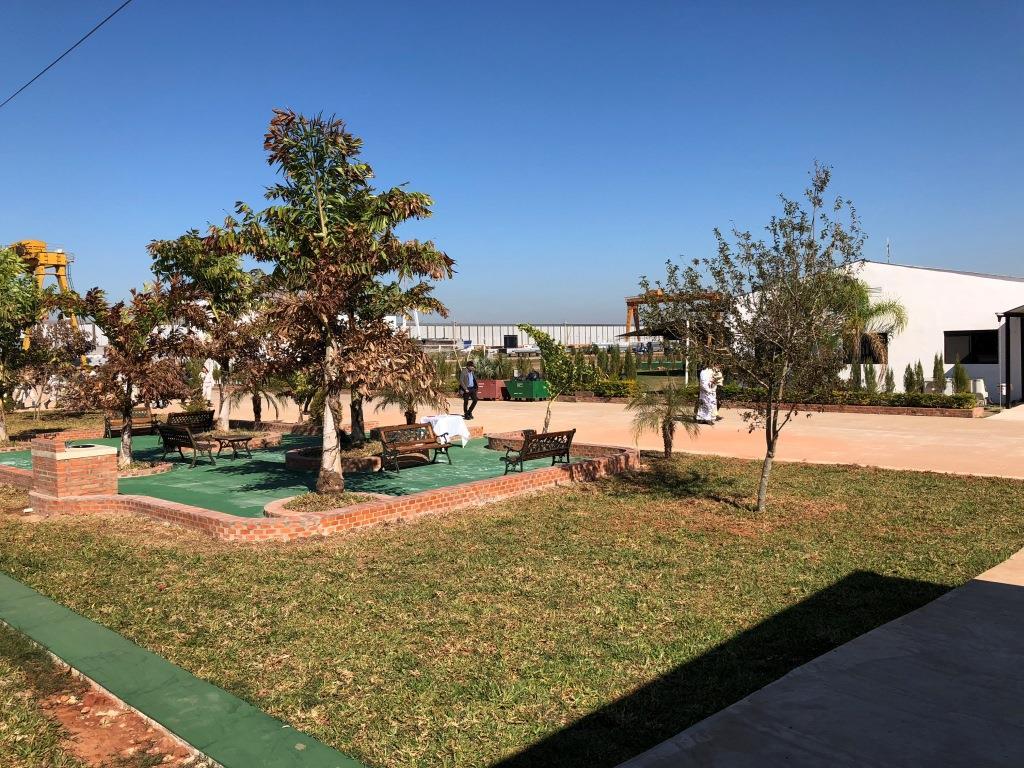 ベンチが設置された庭