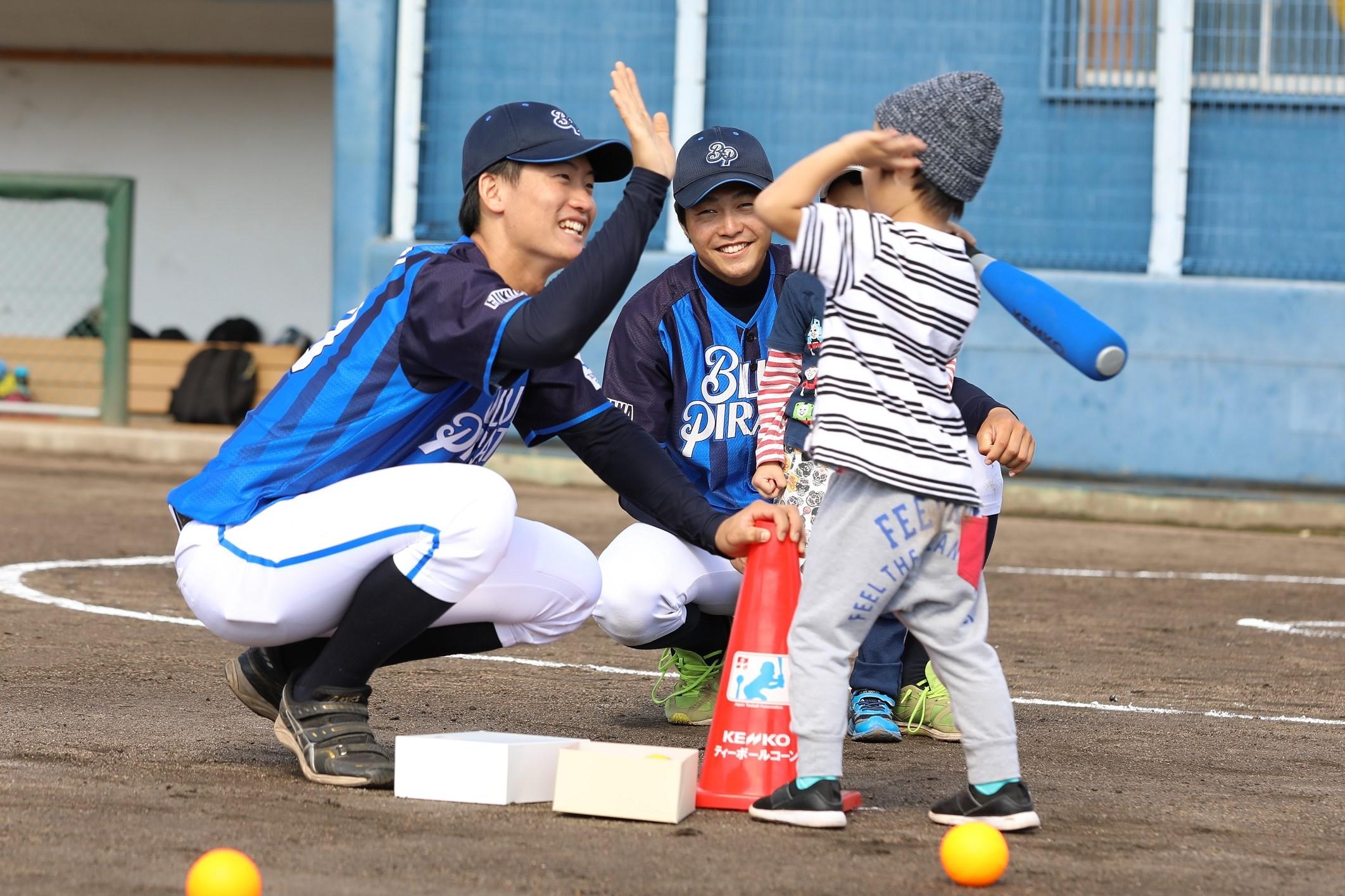 ツネイシブルーパイレーツ 保育園児に野球の魅力を伝えるティーボール教室を開催