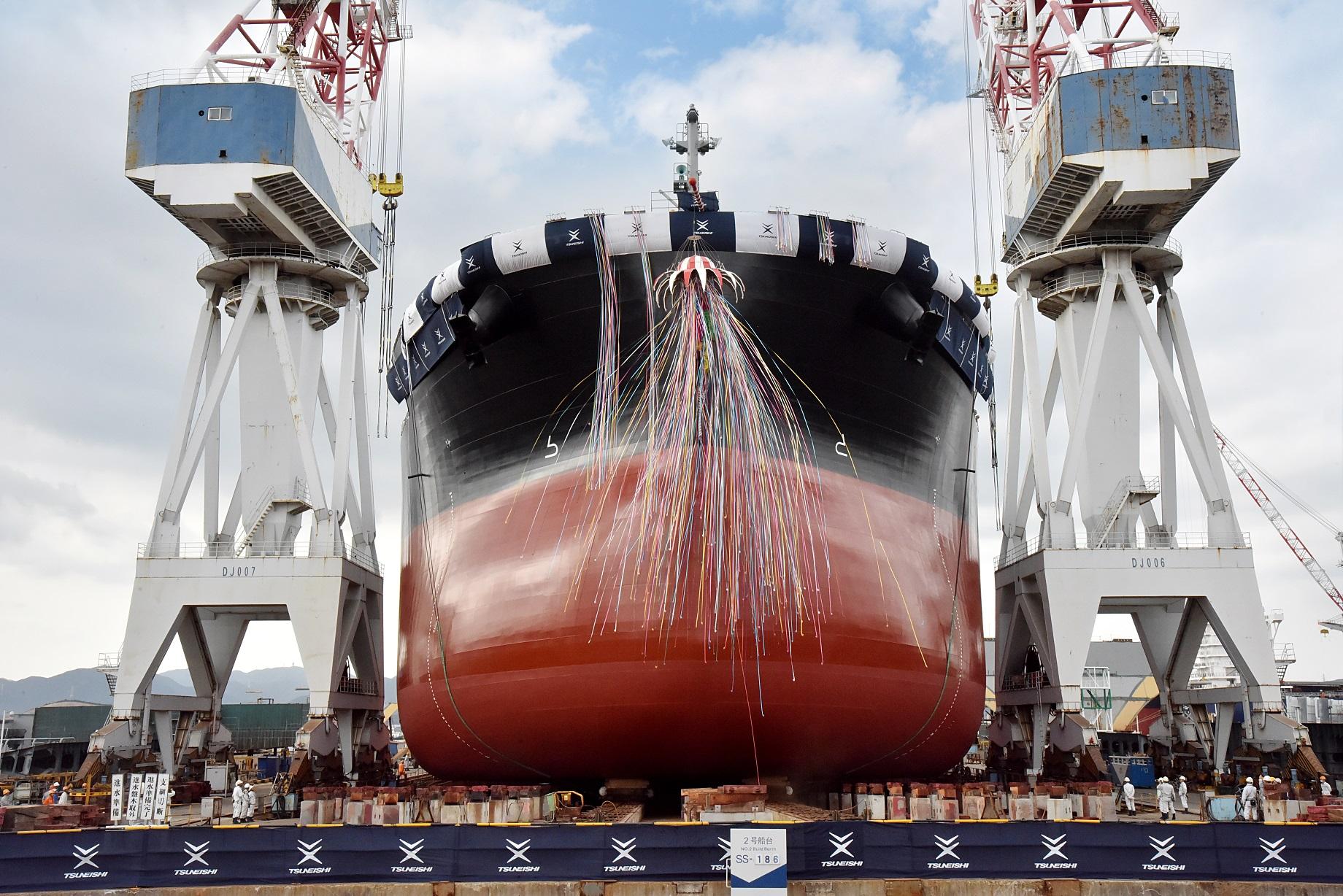 """船台上をゆっくりと進水する""""TESS999"""""""