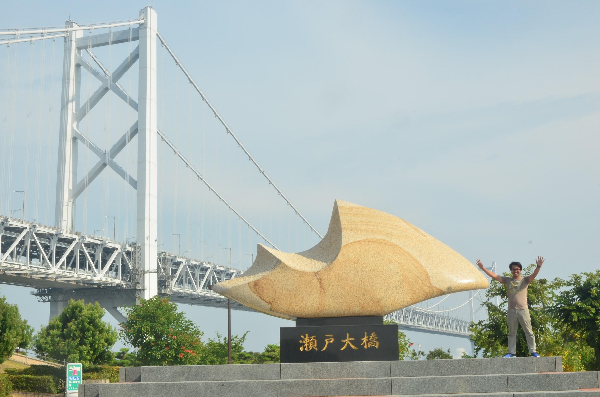 瀬戸大橋をバックに記念撮影