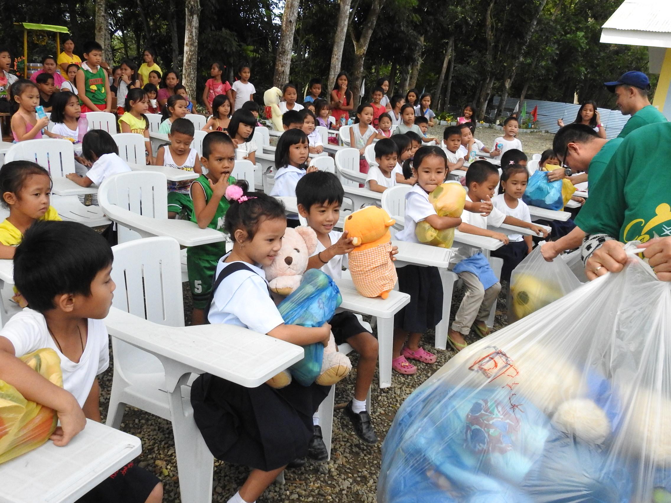 フィリピンの子どもたちへ段ボール25箱の衣類等を寄付