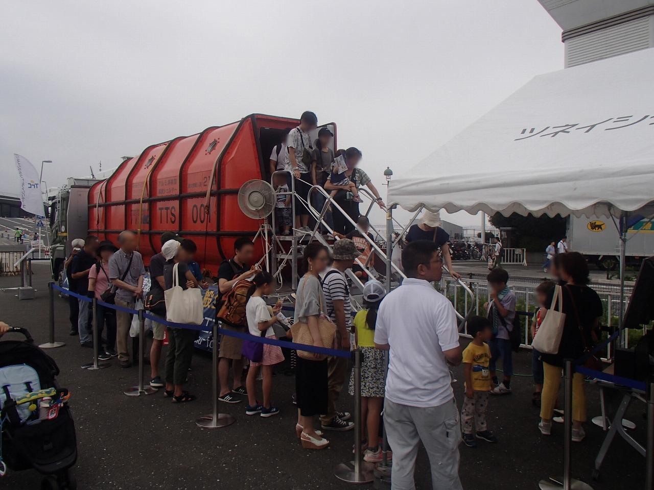 うみ博の展示会で「津波シェルター」を見学する参加者