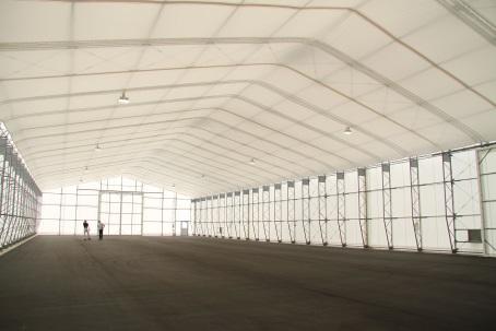 テント倉庫の内部