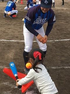ツネイシブルーパイレーツ 保育園児や小学生に野球の楽しさ伝える教室を開催