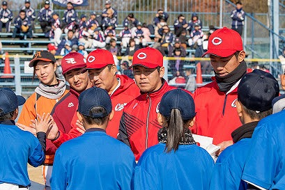 憧れのプロ野球選手たちと握手して挨拶