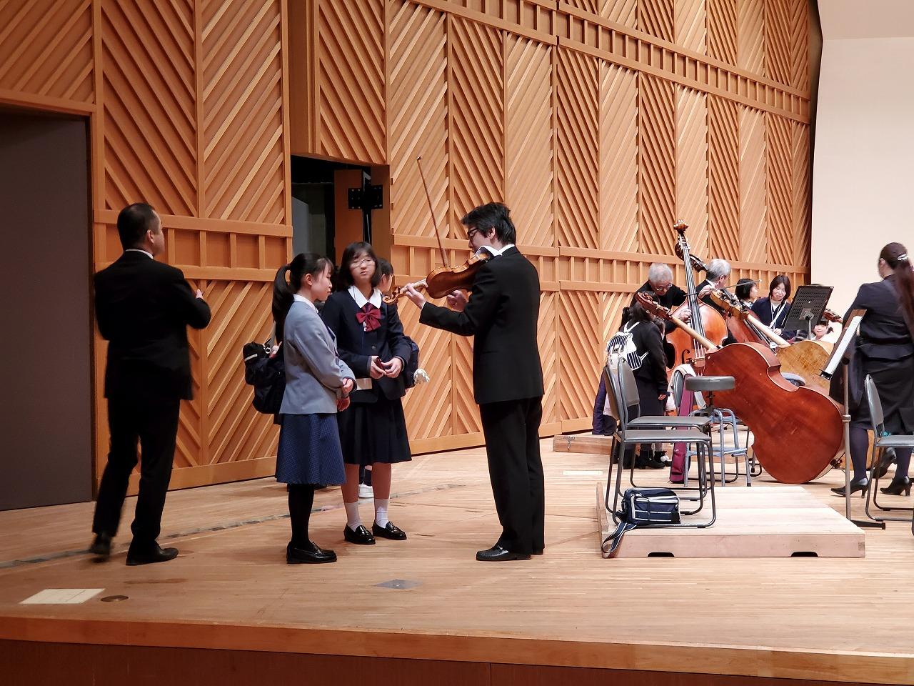バイオリン演奏のコツを教わる