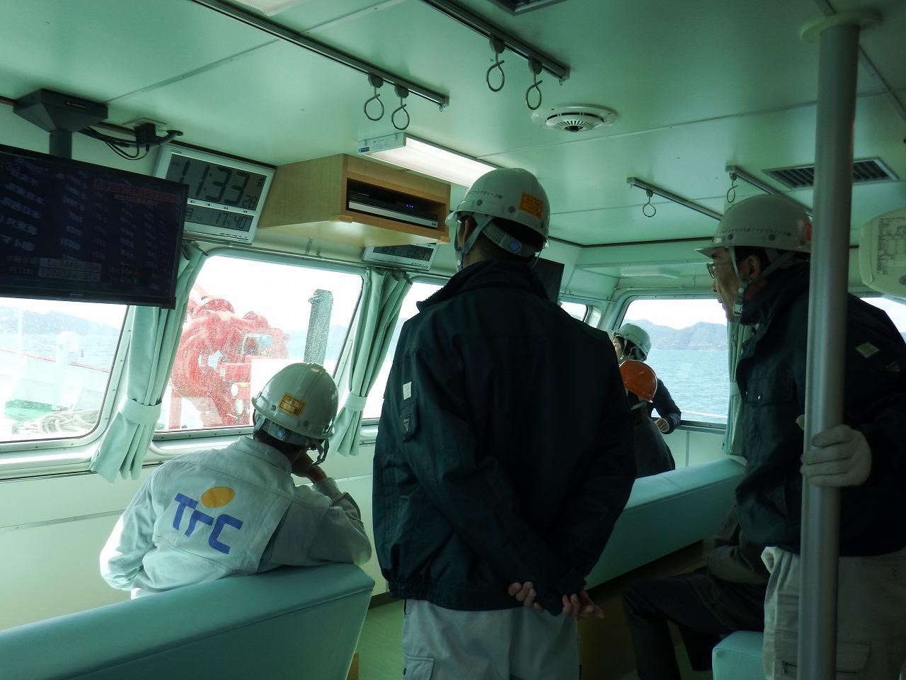 体験試乗で船内から消火用の放水を見学(3月16日)