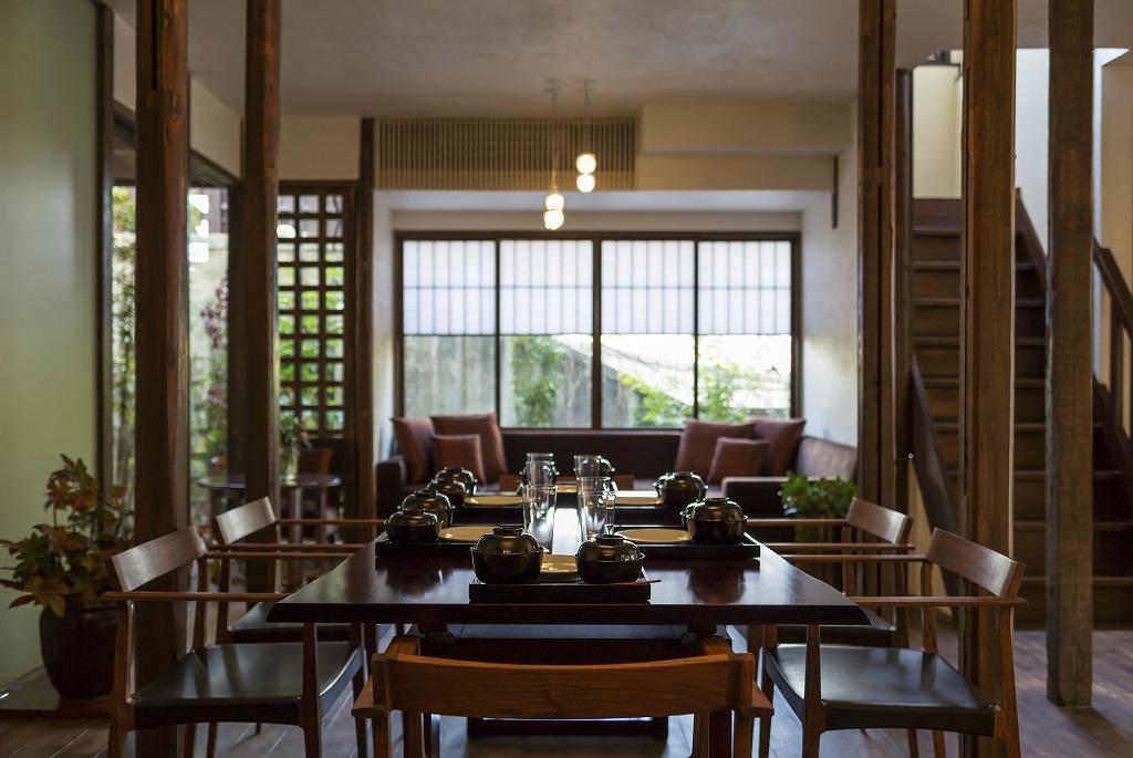 島居邸洋館「望」のリビングダイニングにはアイランドキッチンも完備