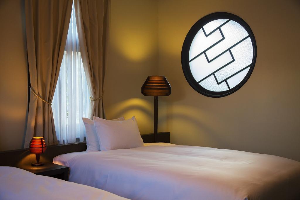 島居邸洋館「望」のモダンな円窓の寝室 随所に擬洋風建築の意匠が