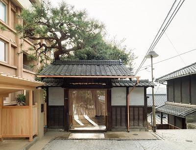 昭和30年代のアパートを再生した多目的空間LOGに入る門
